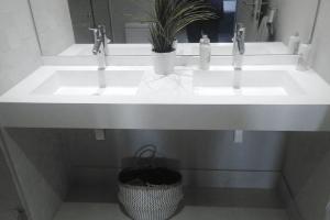 Superficies a medida: Encimeras de cocina, sanitarios y revestimientos interiores.