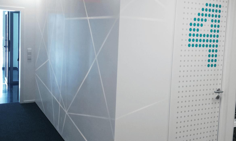 Pared retroiluminada en oficinas Alcobendas
